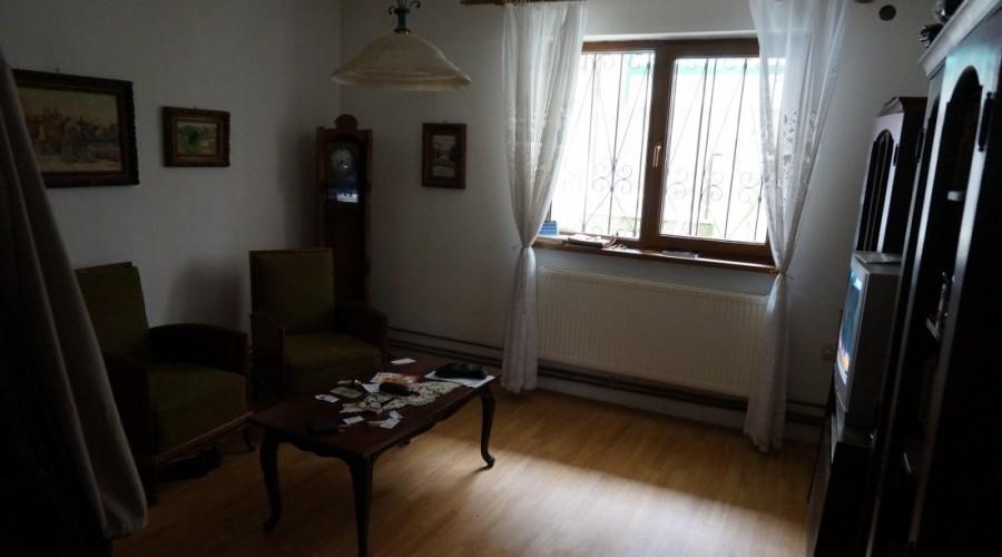 Casa (2 apartamente + garsoniera), teren 1190 mp, Schei