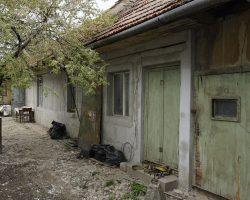 Casa renovabila singur curte